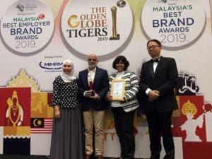 IDG's Nitin Kulkarni  (2nd from left) and Shilpa Duggal accepting the award